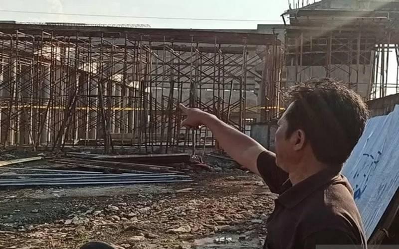 Ketua RT 03 RW 006, Kelurahan Marunda, Kartim Franky Yanto menunjukkan proyek konstruksi ambruk pada pembangunan Jalan Tol Cibitung-Cilincing di Jalan Kampung Sungai Tiram, Marunda, Cilincing, Jakarta Utara, Senin (17/8/2020). Kejadian ambruknya salah satu tiang proyek tol tersebut terjadai pada Minggu (16/8/2020) sore. - Antara