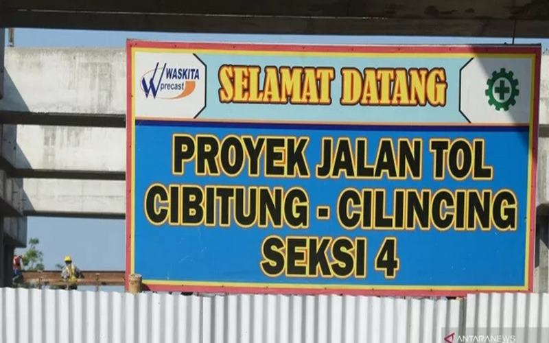 Pembangunan Jalan Tol Cibitung-Cilincing ambruk di Jalan Kampung Sungai Tiram, Marunda, Cilincing, Jakarta Utara, Minggu (16/8/2020). - Antara
