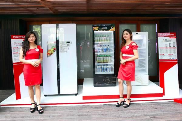 Model berpose di dekat lemari es terbaru Polytron New Belleza Inverter dan Polytron Allure saat peluncurannya, di Jakarta, Selasa (25/9/2018). - JIBI/Abdullah Azzam