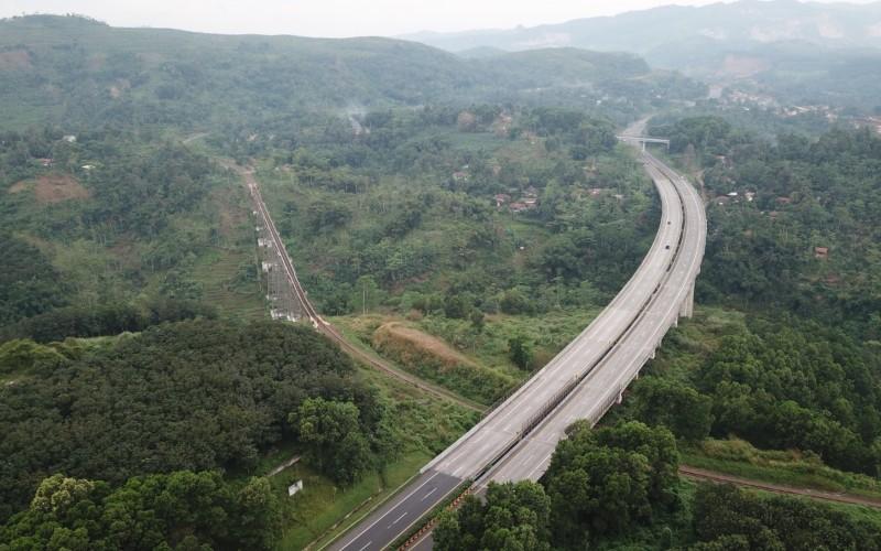 Salah satu jembatan bentang panjang di jalan tol Cipularang, Jawa Barat. Jalan tol yang beroperasi sejak 2005 itu menjadi akses penting bagi konektivitas Jakarta-Bandung. - Jasa Marga