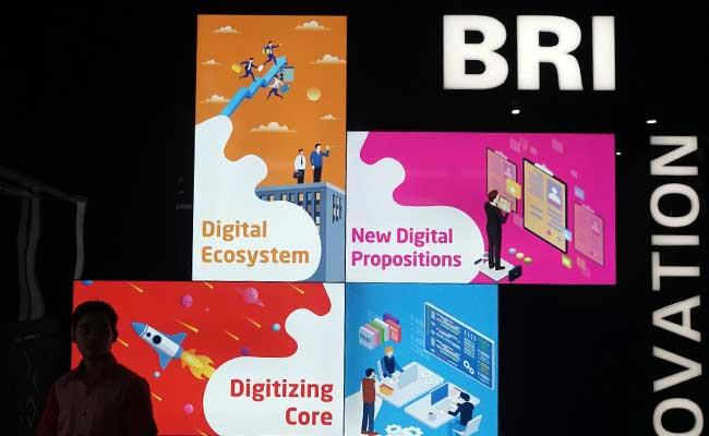 Nasabah berada didekat logo bank BRI di Jakarta. Bisnis - Himawan L Nugraha