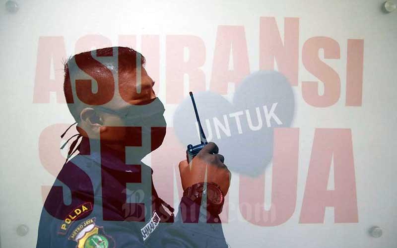 Pekerja berjaga di Kantor Asosiasi Asuransi Umum Indonesia (AAUI), Jakarta, Jumat (29/5/2020). Bisnis - Eusebio Chrysnamurti