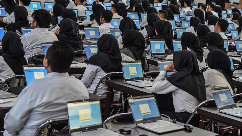 Sejumlah peserta mengikuti Seleksi Kompetensi Dasar (SKD) berbasis Computer Assisted Test (CAT) untuk Calon Pegawai Negeri Sipil (CPNS) di Gedung Serba Guna Balekota Tasikmalaya, Jawa Barat, Sabtu (1/2/2020). -  ANTARA / Adeng Bustomi