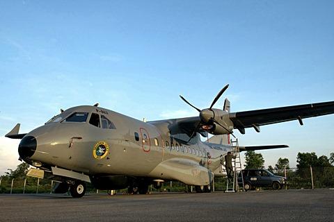 Prajurit TNI AL memeriksa kondisi Pesawat CN-235 220 Maritime Patrol Aircraft (MPA) TNI AL sebelum patroli wilayah perbatasan di Landasan Udara TNI AL Tanjung Pinang, Kepulauan Riau, Rabu (6/5). - Antara/M Agung Rajasa
