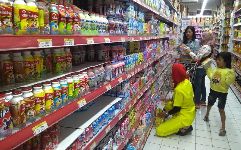 Konsumen di satu gerai supermarket di Purwokerto, Minggu (28/7).  - BISNIS.COM
