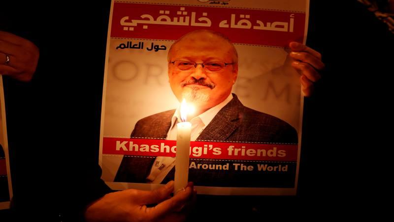 Seorang demonstran memegang poster dengan gambar wartawan Saudi Jamal Khashoggi di luar konsulat Arab Saudi di Istanbul, Turki 25 Oktober 2018. - Reuters