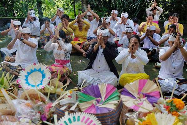 Umat Hindu menggelar persembahyangan Hari Raya Galungan di Pura Beji Desa Bolangan, Tabanan, Bali, Rabu (26/12/2018). - ANTARA/Nyoman Hendra Wibowo