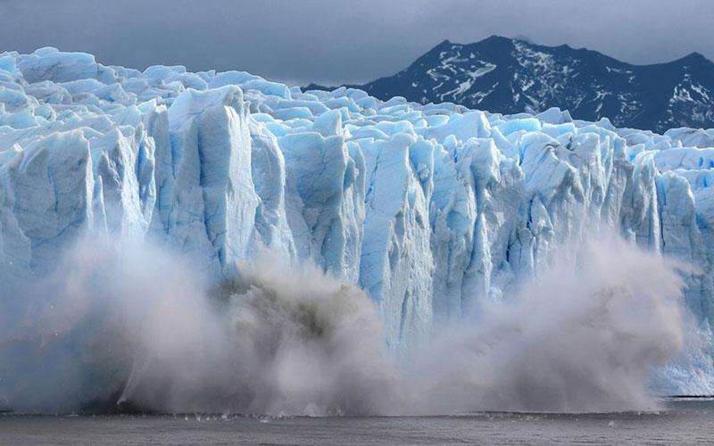Sepotong gletser Perito Moreno pecah dan terjuun ke Danau Argentino di Santa Cruz, Argentina. - Bloomberg