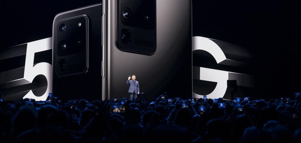 Head of Mobile Samsung Electronics Co. Roh Taemoon mempresentasikan produk terbaru perusahaan Korea Selatan itu di San Francisco, California, AS, Selasa (11/2/2020). - Bloomberg/Michael Short\\r\\n