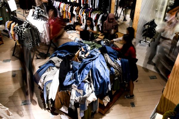 Pengunjung memilih pakaian di salah satu toko pakaian di Grand Indonesia, Jakarta, Selasa (24/12/2019). - ANTARA FOTO/Muhammad Adimaja