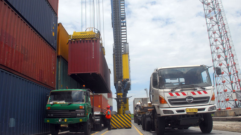 Suasana bongkar muat kontainer di Terminal Peti Kemas (TPKS), pelabuhan Tanjung Emas, Semarang, Jawa Tengah, Jumat(16/1/2015). - Bisnis/Juli Nugroho