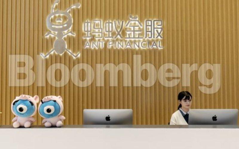 Seseorang bekerja di meja resepsionis Ant Financial, Hangzhou, China, Kamis (17/10/2019). - Bloomberg