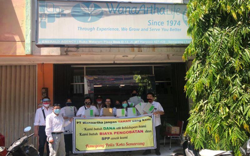 Sejumlah nasabah pemegang polis Wanaartha Life mendatangi kantor Wanaartha dan meminta perusahaan untuk segera membayar klaim.  - Istimewa