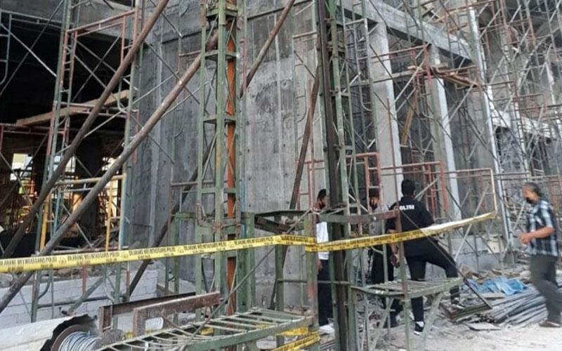 Anggota Polresta Malang Kota tengah melakukan olah TKP di proyek RSI Unisma. Istimewa