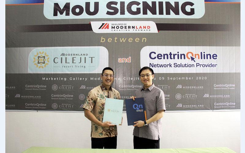 Managing Director Modernland Cilejit Reagan Honoris (kiri) dan Presdir PT Centrin Online Prima Randy Hirawan setelah menandatangani MoU kerja sama pengembangan jaringan internet di Modernland Cilejit, Tangerang, Banten. - Istimewa