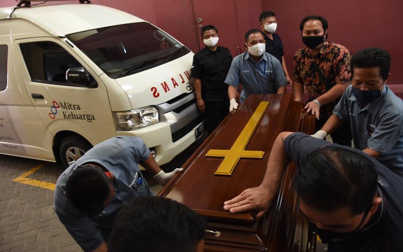 Petugas menyiapkan peti jenazah untuk mendiang pendiri Kompas Gramedia Jakob Oetama di Rumah Sakit Mitra Keluarga Kelapa Gading, Jakarta, Rabu (9/9/2020). Jakob Oetama meninggal dunia di usia 88 tahun akibat gangguan multiorgan, dan rencananya akan dimakamkan di TMP Kalibata pada Kamis (10/9). ANTARA FOTO - Indrianto Eko Suwarso
