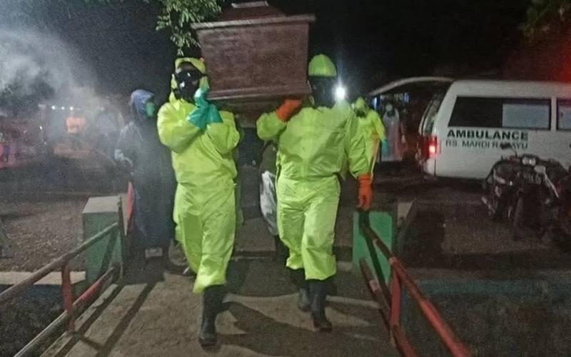 Pemakaman pasien yang terpapar Covid-19 dengan protokol kesehatan. - Antara