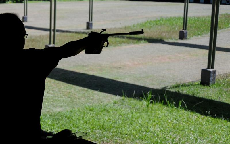 Menembak. Uji tembak menggunakan pistol glock dengan peluru MU1-TJ pada jarak efektif 25-50 meter. Baju antipeluru itu terbukti mampu menahan peluru tersebut.  - Antara