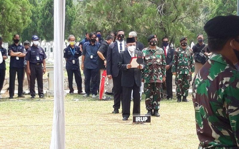 Mantan Wakil Presiden RI Jusuf Kalla memimpin langsung upacara pemakaman tokoh pers nasional Jakob Oetama di Taman Makam Pahlawan (TMP) Kalibata, Jakarta Selatan, Kamis (10/9/2020). (ANTARA - Muhammad Zulfikar)
