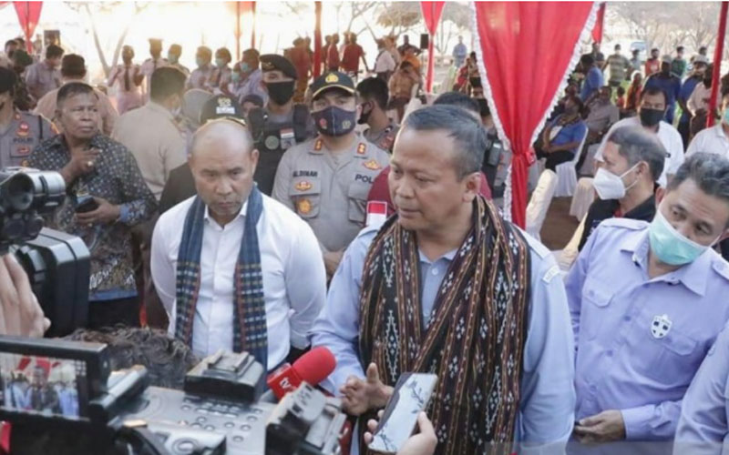 Gubernur Nusa Tenggara Timur, Viktor Bungtilu Laiskodat, (kiri) mendampingi Menteri Kelautan dan Perikanan Edhy Prabowo saat berkunjung ke NTT Jumat 28 Agustus 2020. - Antara/Benny Jahang