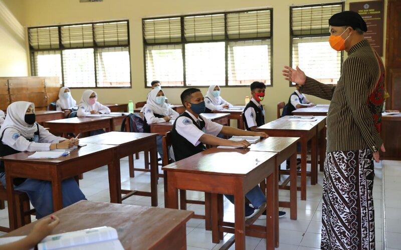 Gubernur Jateng Ganjar Pranowo melihat simulasi pembelajaran tatap muka di SMA N 1 Parakan, Temanggung, Kamis (10/9). - Ist
