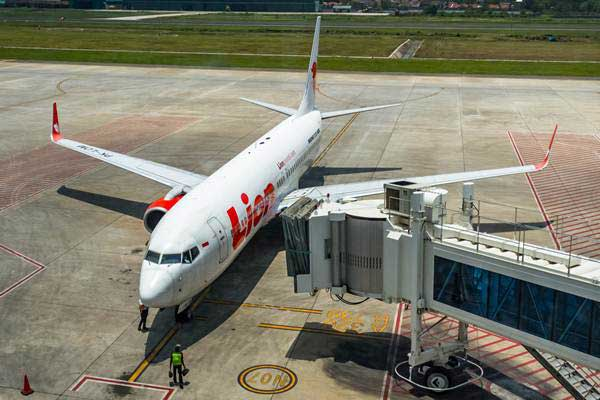 Petugas memeriksa kondisi pesawat terbang jenis Boeing 737 milik maskapai penerbangan Lion Air sebelum terbang di Bandara Internasional Jenderal Ahmad Yani, Semarang, Jawa Tengah, Rabu (31/10/2018). - ANTARA/Aji Styawan