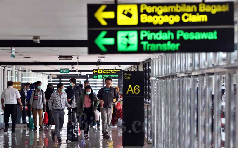Sejumlah penumpang melakukan check-in di Terminal IA Bandara Soekarno Hatta, Tangerang, Banten, Selasa (17/3/2020). PT Angkasa Pura II (Persero) memprediksi jumlah penumpang pada kuartal I/2020 bisa berkurang sebesar 218.000 orang atau sekitar 1 persen dibandingkan periode yang sama pada tahun lalu akibat wabah virus corona (COVID-19) yang menyebabkan aktivitas penerbangan domestik dan internasional berkurang. Bisnis - Eusebio Chrysnamurti