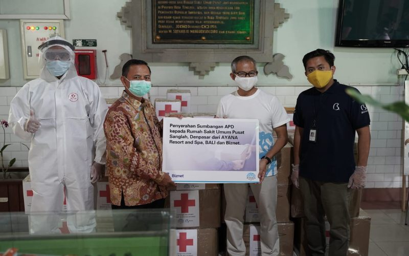 Penyerahan donasi kepada RSUP Sanglah Denpasar dari jarigan Hotel Ayana dan Biznet. - istimewa