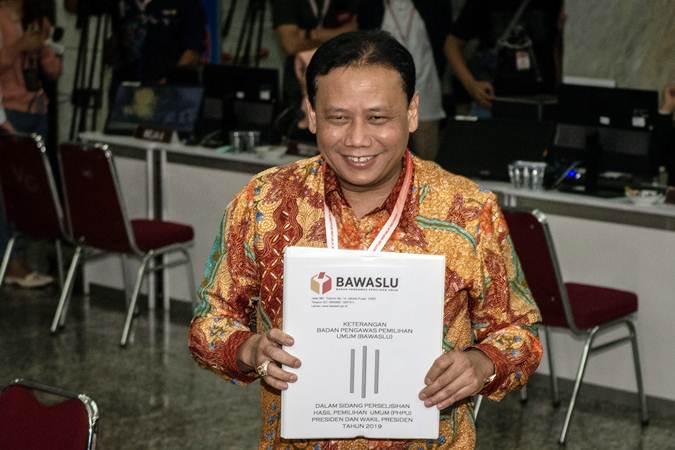 Ketua Bawaslu Abhan menunjukkan berkas keterangan tertulis Bawaslu dalam Perselisihan Hasil Pemilihan Umum (PHPU) Pemilihan Presiden 2019, di Mahkamah Konstitusi (MK), Jakarta, Rabu (12/6/2019). - ANTARA/Aprillio Akbar