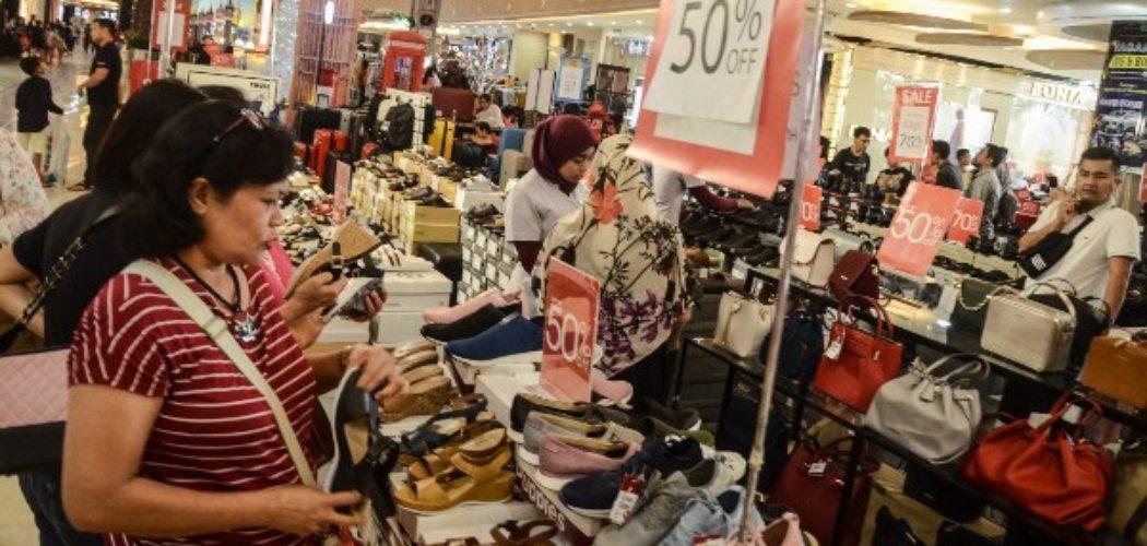 Sejumlah pengunjung melihat barang-barang yang dijual dengan harga diskon di sebuah pusat perbelanjaan di Bekasi, Jawa Barat, Sabtu (7/12/2019).  - ANTARA FOTO/Fakhri Hermansyah