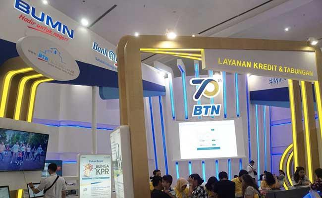 Pengunjung mencari informasi di stan Bank BTN pada salah satu pameran properti./Bisnis - Himawan L. Nugraha