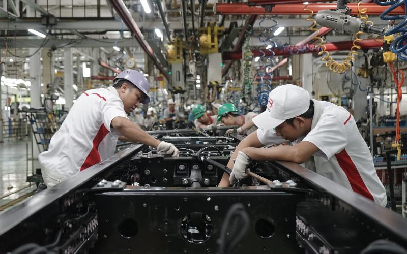 Produksi kendaraan di pabrik Hino di Karawang, Jawa Barat. IOMKI merupakan hasil koordinasi bersama berbagai pemangku kepentingan yang mendukung adanya proses produksi selama pandemi.  - HINO