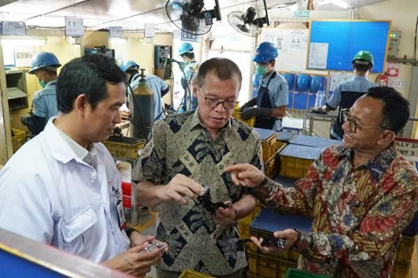 Pimpinan PT Rachmat Perdana Adhimetal, Syaeful Munir (kanan) menjelaskan produk komponen sepeda motor kepada Quality Technology Division Head PT Astra Honda Motor, Setyo Budi Anang (kiri) dan Ketua Pengurus Yayasan Dharma Bhakti Astra, Henry C. Widjaja, di Jakarta, Rabu (11/4 - 2018).JIBI/Dedi Gunawan
