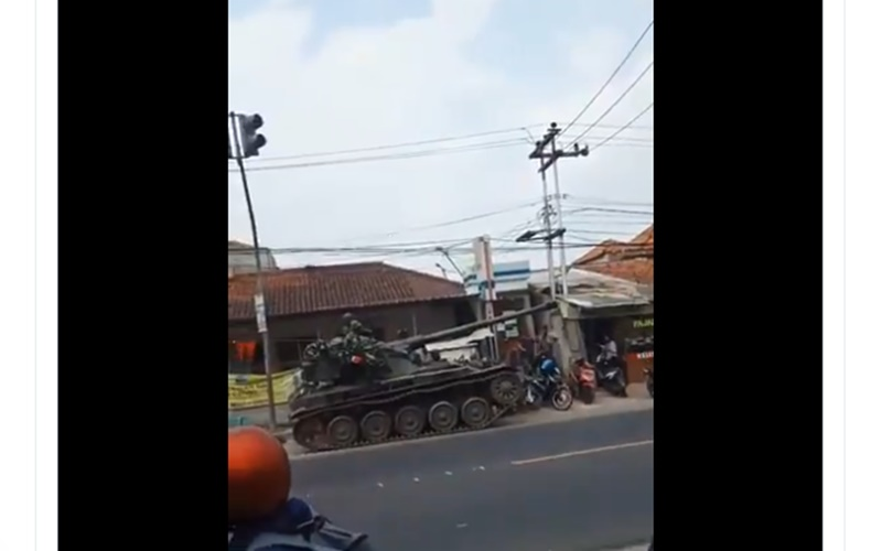 Tangkapan layar tank menabrak gerobak yang viral di media sosial - Twitter