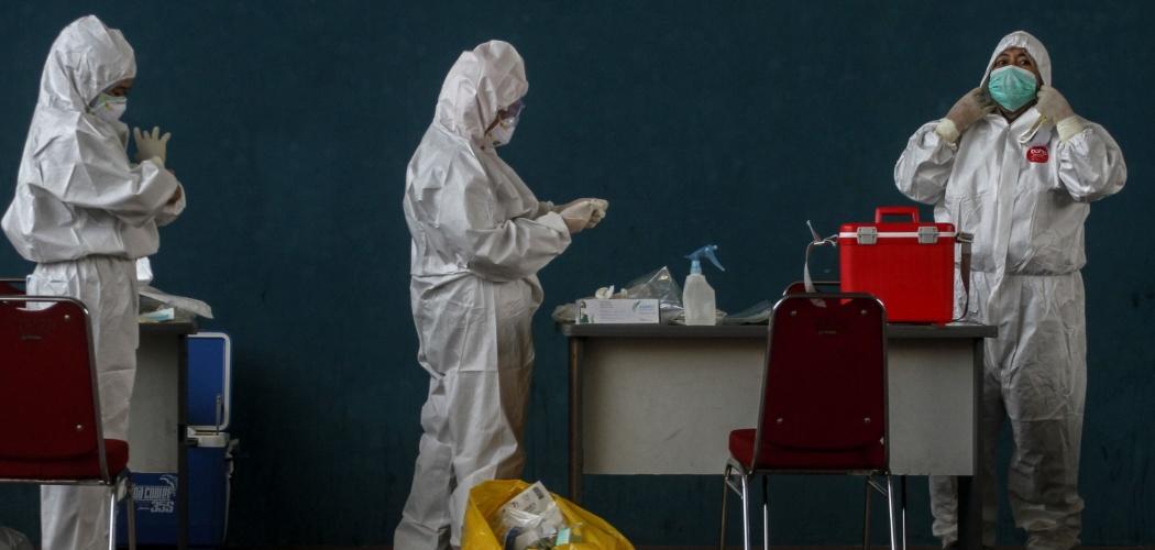 Sejumlah tenaga kesehatan melengkapi Alat Pelindung Diri (APD) ketika bersiap untuk melakukan tes usap di Pekanbaru, Riau, Kamis (3/9/2020). Satgas COVID-19 menilai perlunya pembatasan jam kerja dokter serta tenaga kesehatan COVID-19 untuk menghindari kelelahan yang mengakibatkan rentan tertular virus tersebut. - ANTARA FOTO/Rony Muharrman