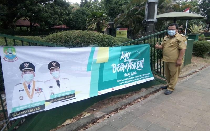 Pemasangan spanduk Gebrak Masker di Kota Bekasi. - www.corona.bekasikota.go.id