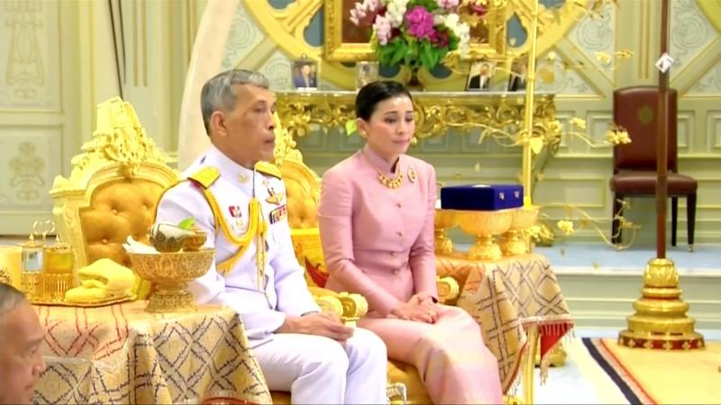 Raja Maha Vajiralongkorn dan istrinya, Ratu Suthida, dalam acara pernikahan mereka yang ditayangkan oleh televisi Thailand. Keduanya menikah di kediaman raja di Bangkok, Thailand, Rabu (1/5/2019). - Reuters