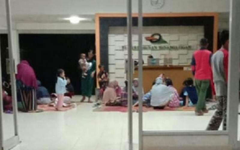Para istri karyawan, sebagian membawa anak, menginap di kantor PT Minanga Ogan menuntut hak gaji suami merea yang belum dibayarkan hingga empat bulan. - Antara/Edo Purmana