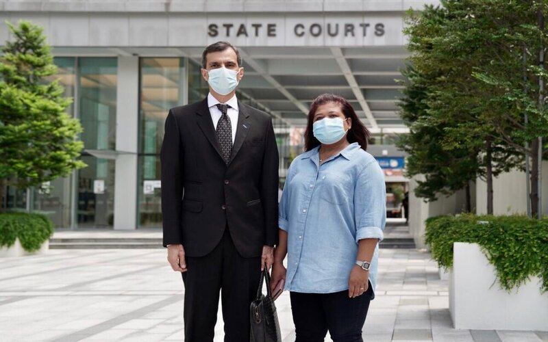 Anil Balchandani dan Parti Liyan di depan Pengadilan Negeri Singapura -  HOME.org / Grace Boey