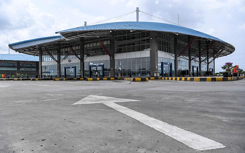 Suasana sepi di area keberangkatan antar kota Terminal Pulo Gebang, Jakarta, Jumat (24/4/2020). Pengelola Terminal Pulogebang menutup operasional layanan bus antar kota antar provinsi (AKAP) mulai 24 April 2020, setelah berlakunya kebijakan larangan mudik dari pemerintah. ANTARA FOTO - Hafidz Mubarak A