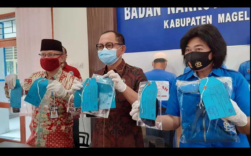 Kepala BNN Provinsi Jawa Tengah, Brigjend Pol Benny Gunawan (tengah) menunjukman barang bukti kasus narkoba di BNN Magelang, Jumat 10 September 2020. - Harian Jogja/Nina Atmasari