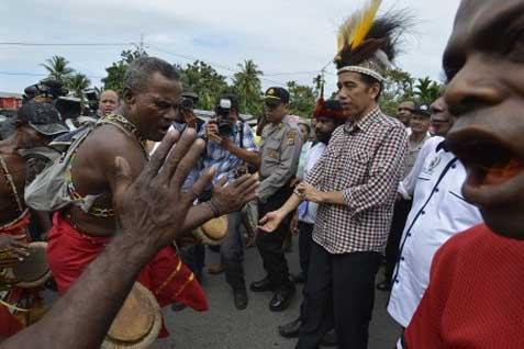 Arsip-Jokowi (kedua kanan), saat masih calon presiden, mendapat tarian sambutan tradisional Papua di Sentani, Kabupaten Jayapura, Papua, Kamis (5/6/2014) - Antara