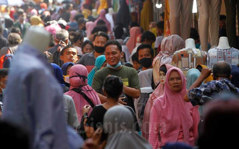 Warga memadati kawasan pedagang kaki lima di Pasar Tanah Abang saat penerapan pembatasan sosial berskala besar (PSBB) di Jakarta, Minggu (17/5/2020). Meski pertokoan di Pasar Tanah Abang tutup karena PSBB, menjelang hari lebaran kawasan tersebut dipadati pedagang kaki lima yang berada di gang-gang dekat pasar. Bisnis - Himawan L Nugraha