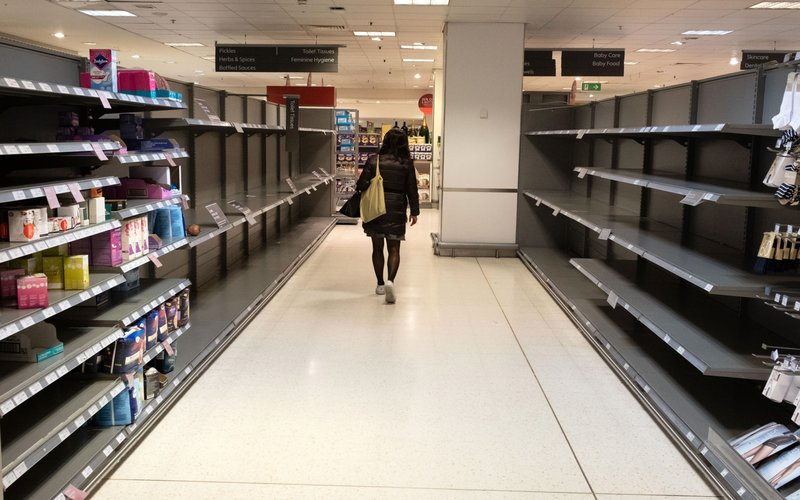 Ilustrasi - Salah satu supermarket di London, Inggris, yang mengalami kekosongan stok barang akibat panic buying -  Bloomberg / Bryn Colton