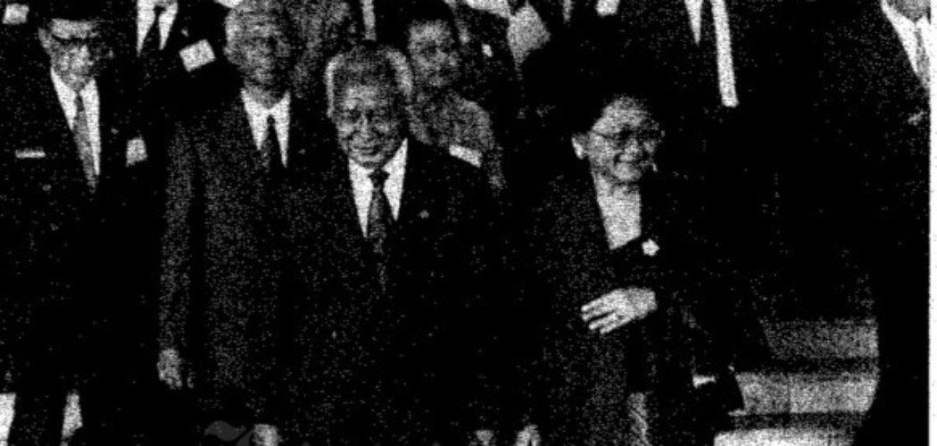 Soeharto bersama Ibu Tien Soeharto tengah meninggalkan Gedung DPR/MPR  setelah memberikan Pidato Pertanggungjawaban di depan pemilik mandat, MPR, pada Senin (1/3/1993).  - Dok. Bisnis Indonesia.