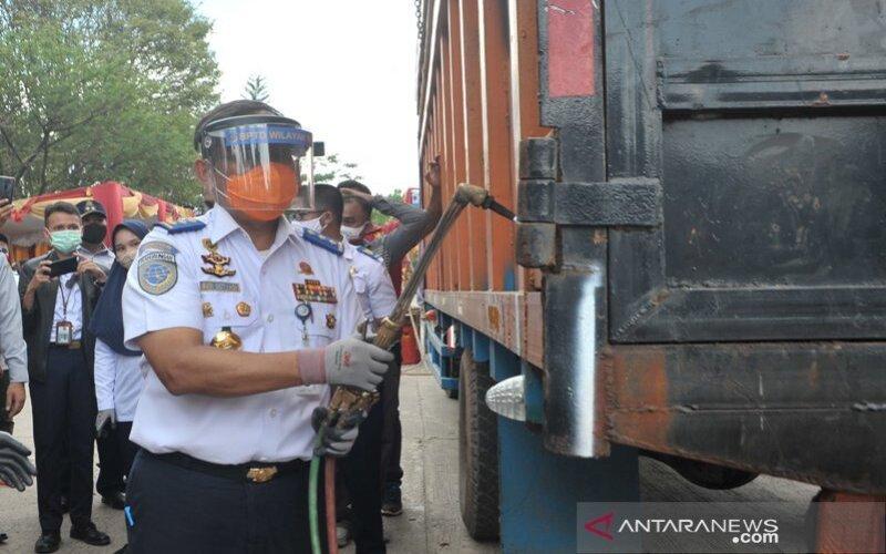 Direktur Jendral Perhubungan Darat Kementerian Perhubungan Budi Setiyadi secara simbolis melakukan pemotongan truk yang kelebihan muatan pada acara normalisasi Over Dimension Over Load (ODOL) di Terminal Alang Alang Lebar Palembang, Sabtu (12/9/2020). - Antara/Fenny Sely