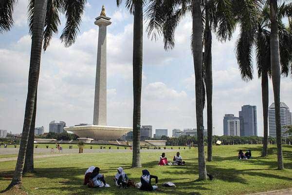 Pengunjung beraktivitas di taman Monumen Nasional (Monas), Jakarta.  - ANTARA/Dhemas Reviyanto