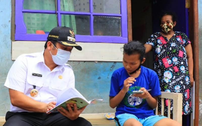 Wali Kota Tangerang Arief Wismansyah berbicang dengan siswa yang mengikuti kegiatan belajar secara online - Antara