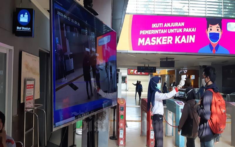 Pendeteksi suhu badan penumpang yang bekerja otomatis sedang diuji coba di Stasiun KRL Commuter Line Sudirman, Senin (13/4/2020). Meskipun detektor suhu badan itu ada, petugas masih memeriksa suhu penumpang secara manual. JIBI - Bisnis/Aziz Rahardyan