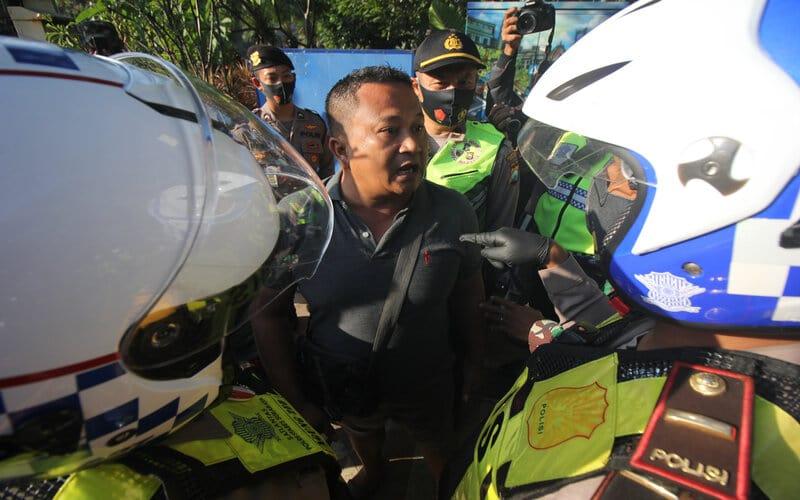 Polisi menghentikan pengendara yang tidak menggunakan masker saat Operasi Yustisi Penegakan Disiplin Protokol Kesehatan di Surabaya, Jawa Timur, Senin (14/9/2020). Dalam operasi yang bertujuan untuk meningkatkan kepatuhan warga dalam menerapkan protokol kesehatan tersebut masih ditemukan warga yang tidak memakai masker. - Antara/Didik Suhartono